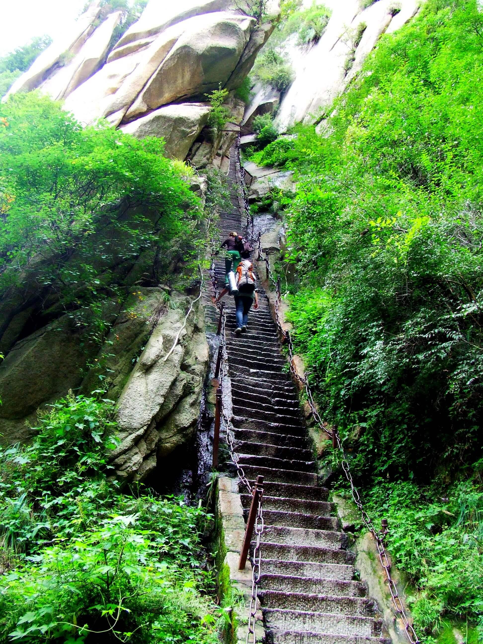 Niekończące się schody wykute w skale, fot. A. Warszawski