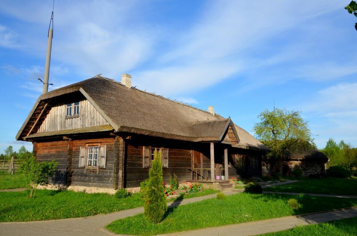 Odtworzony majątek Mickiewiczów we wsi Zaosie i jezioro Świteź