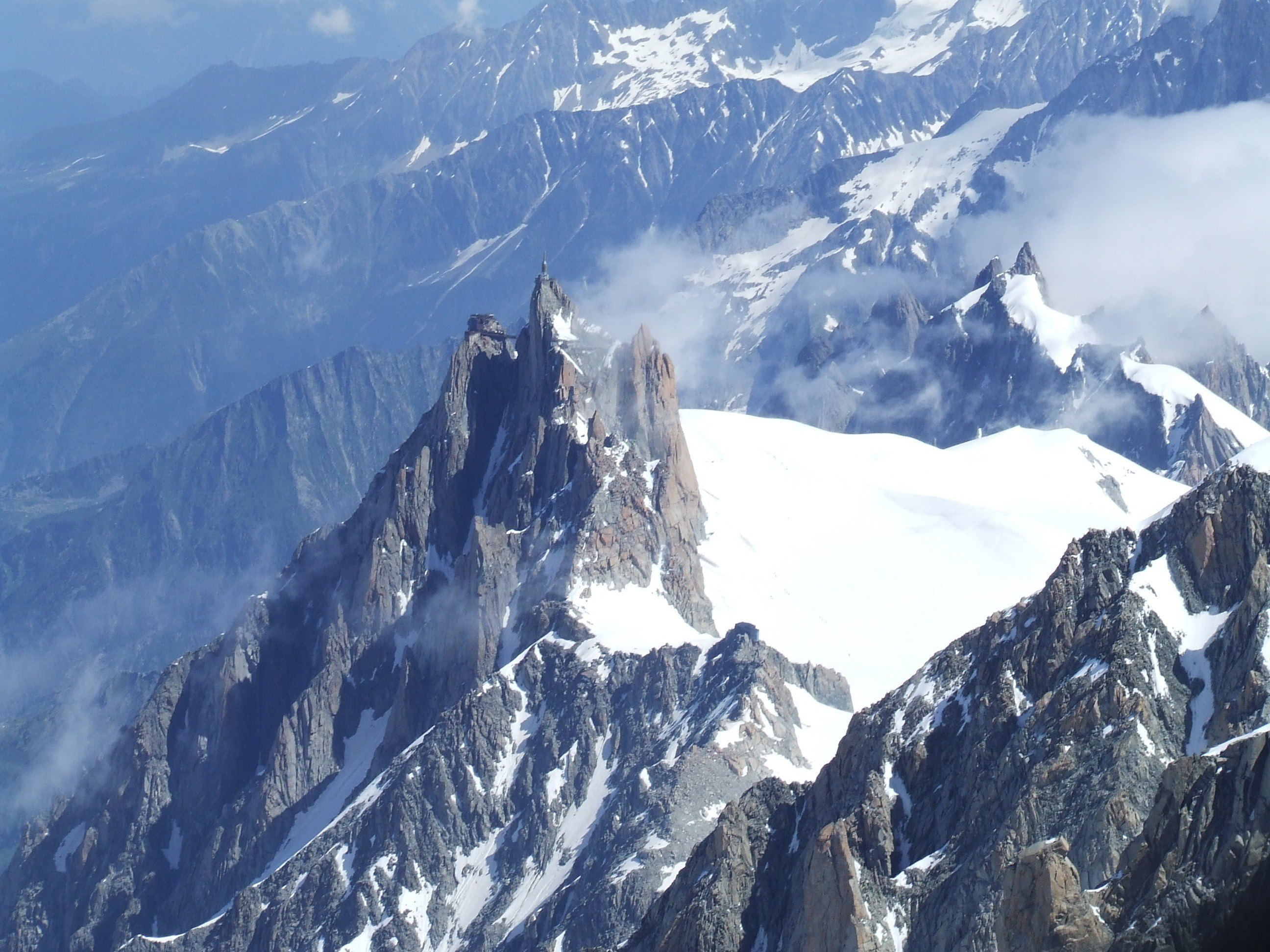 Widok na Aiguille du Midi z podejścia na Mont Blanc
