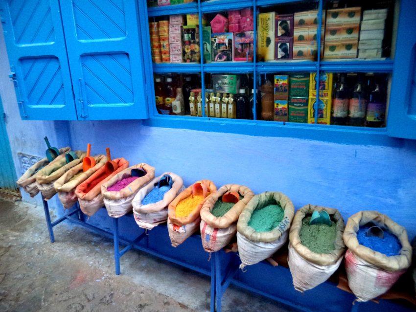 Chefchaouen handel przyprawami bazar. Maroko - wakacje