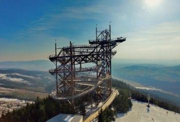 Ścieżka w obłokach - widok na wieżę