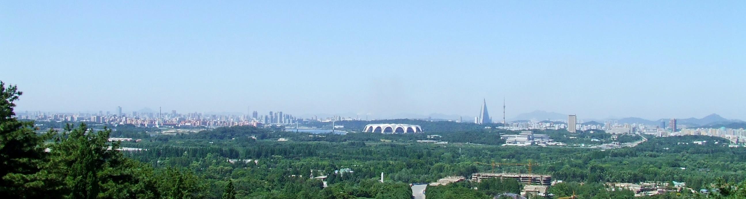 największy stadion świata widoczny w panoramie Pjongjangu