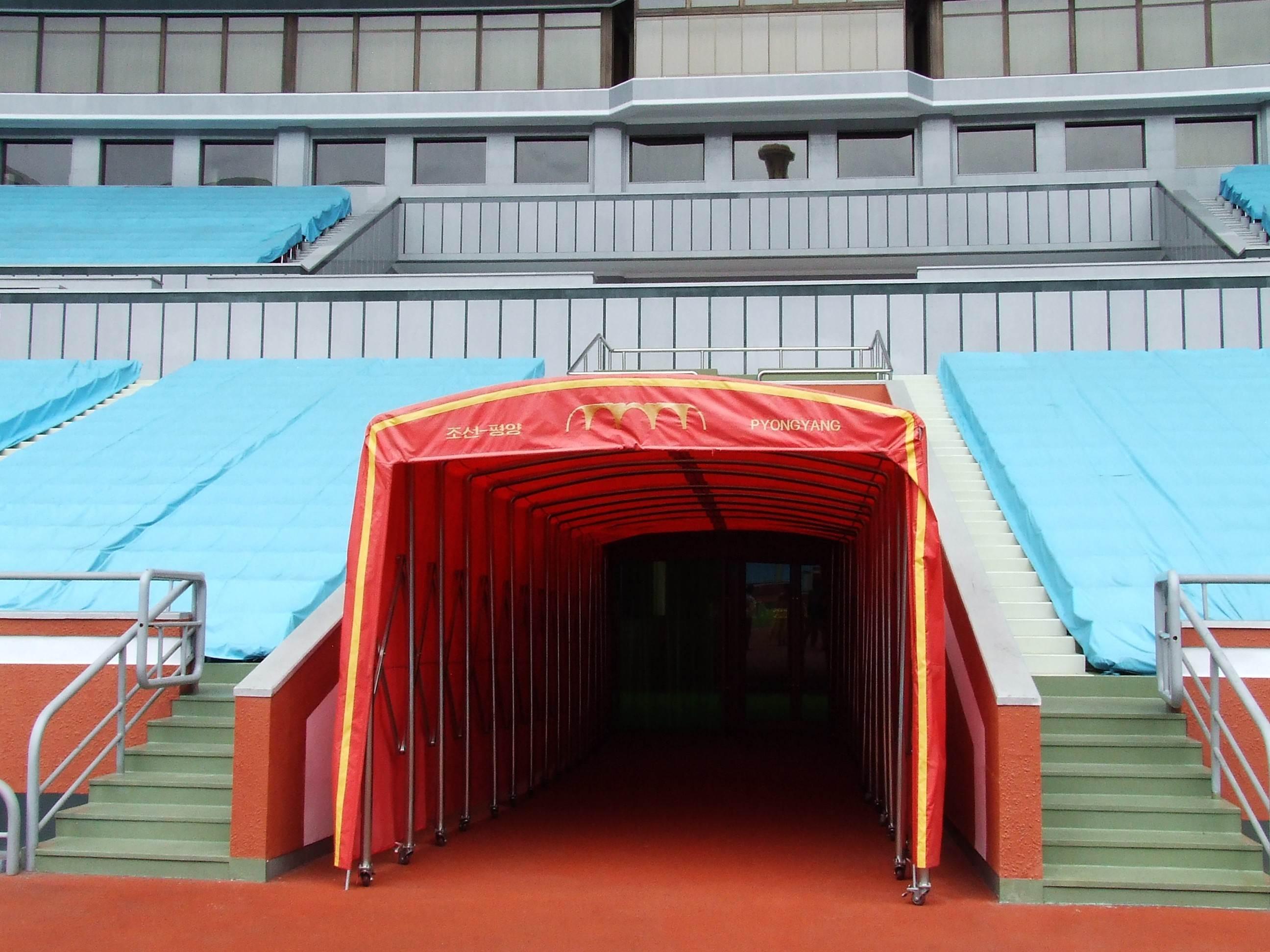 Tunel na płytę stadionu - największy stadion świata