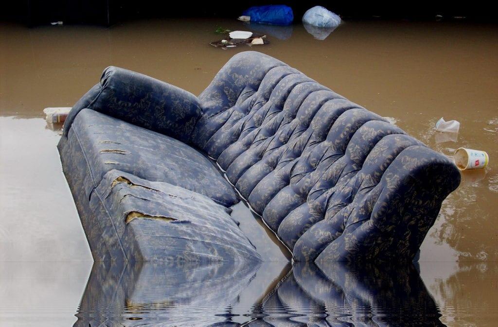 śmieci w rzece Citarum jawa Indonezja