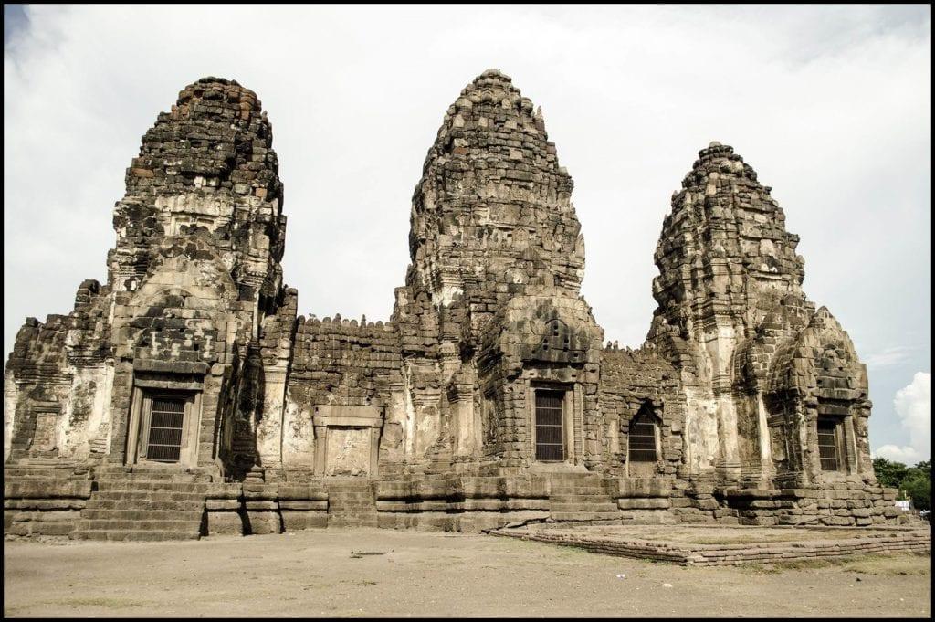 świątynia Prang Sam Yot w Lopburi - miasto małp