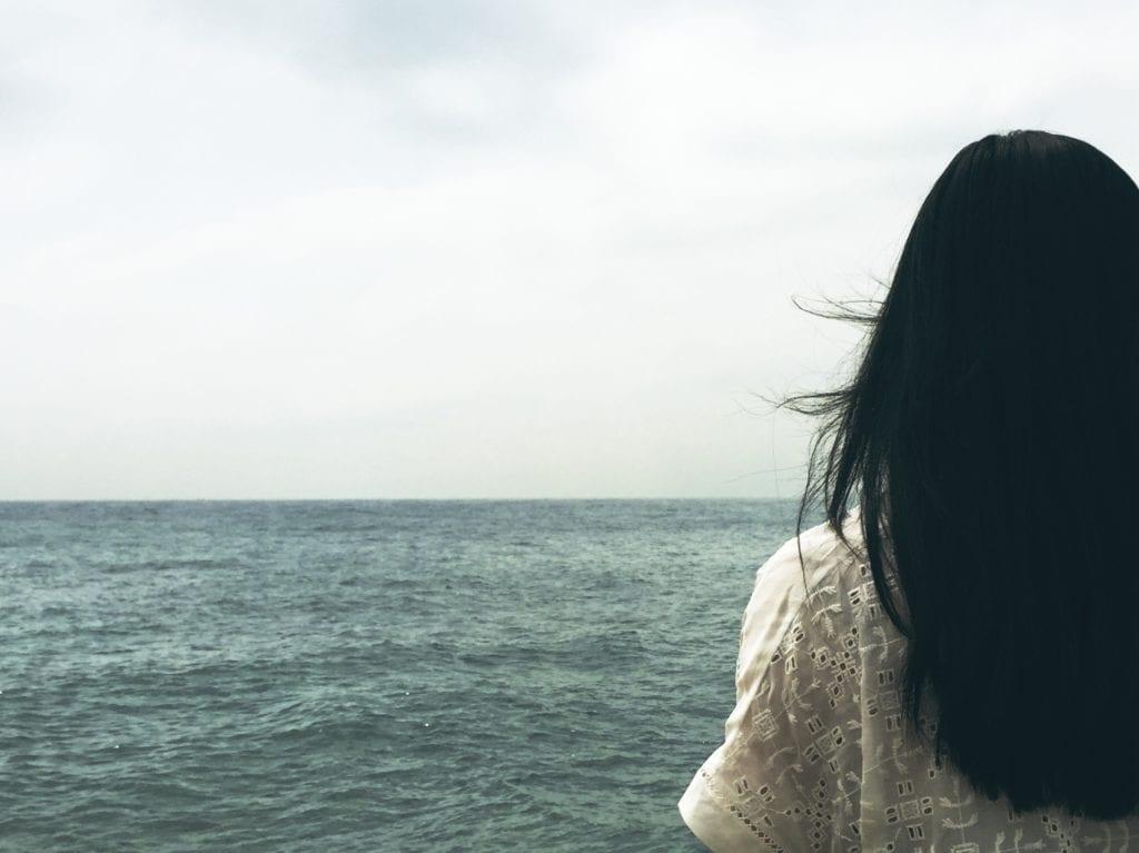 Albańska dziewczyna o czarnych włosach