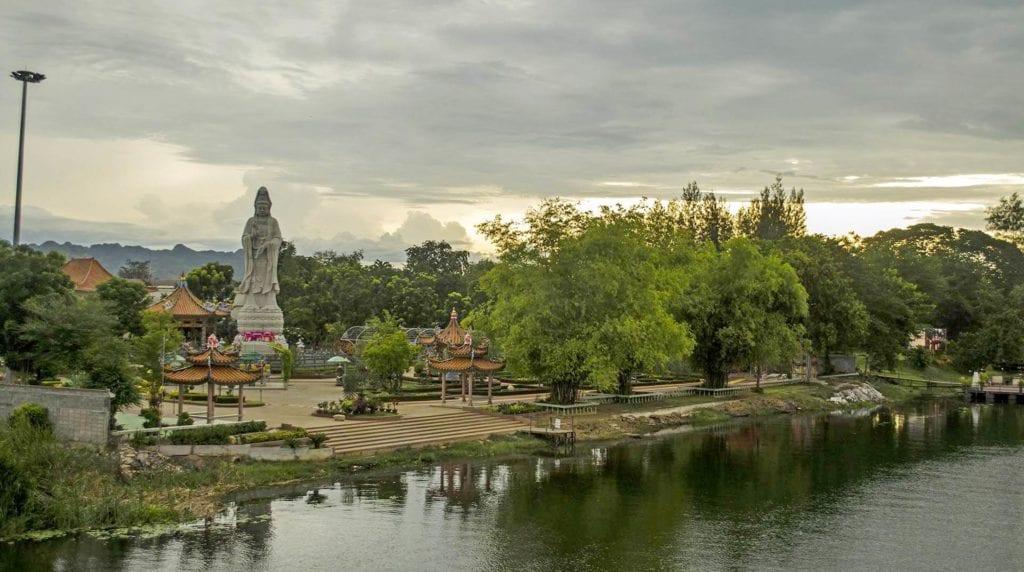 Brzeg rzeki Kwai w Tajlandii