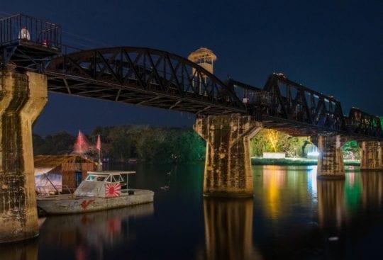 Most na rzece Kwai nocą