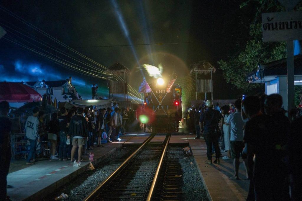 Pociąg zjeżdżający z mostu na Kwai