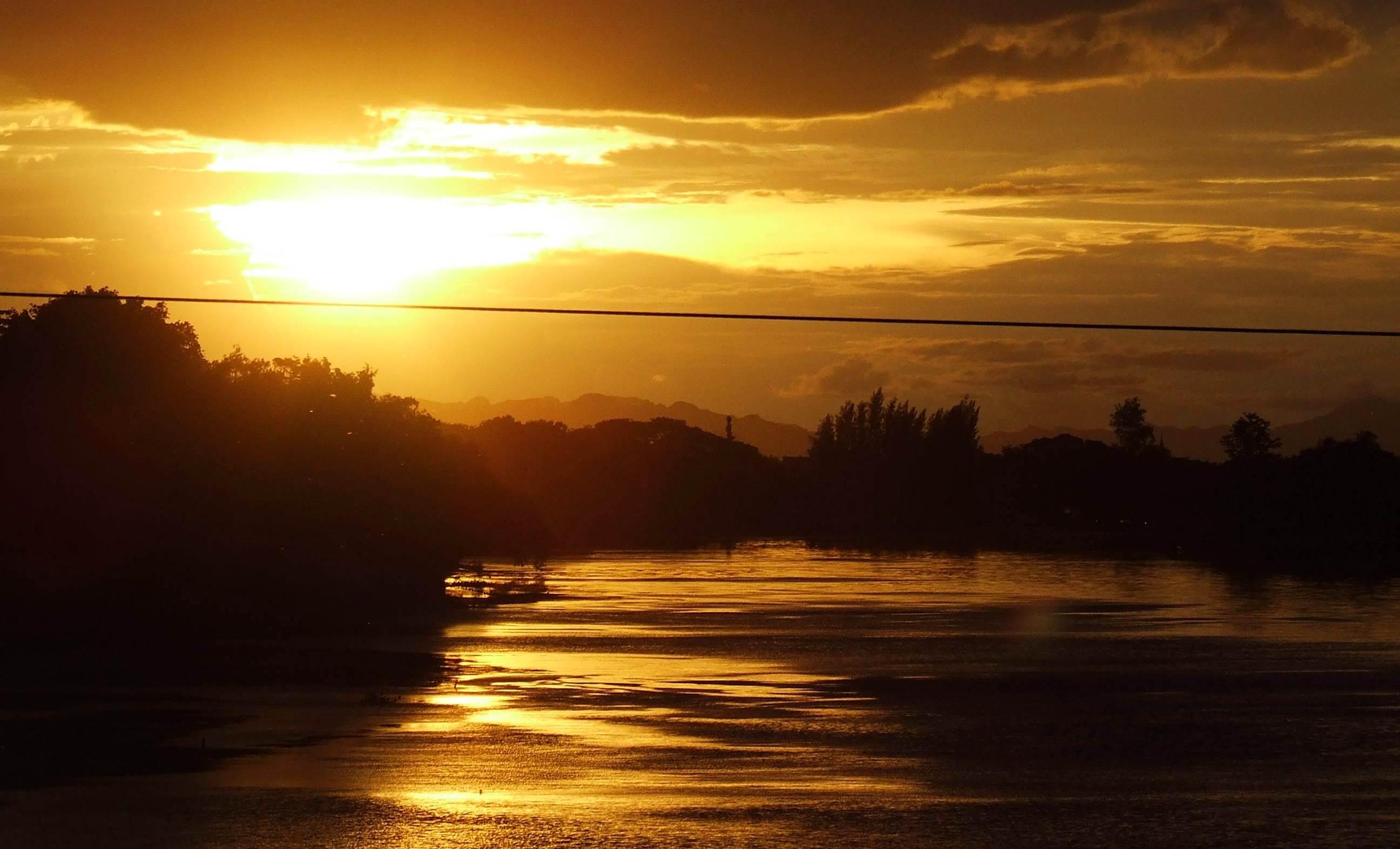 Zachód słońca nad rzeką Kwai