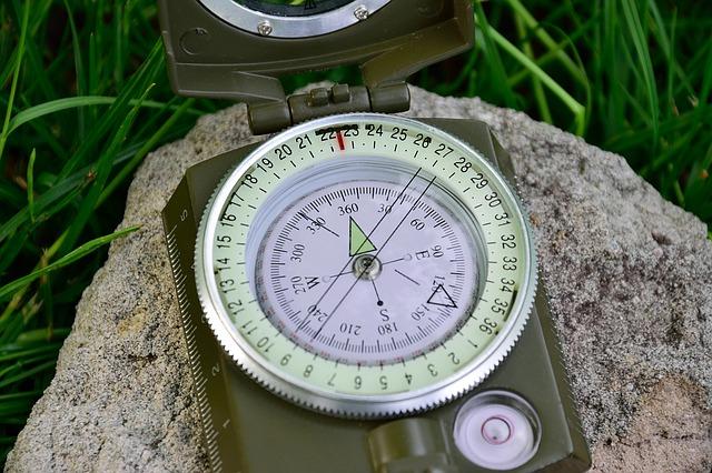 Porady survivalowe zaczynają się zawsze od tego samego - bierz kompas!