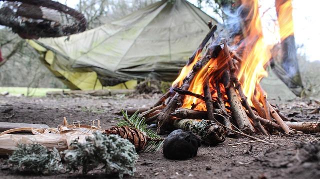 Porady survivalowe dotyczą m.in. rozpalania ognia