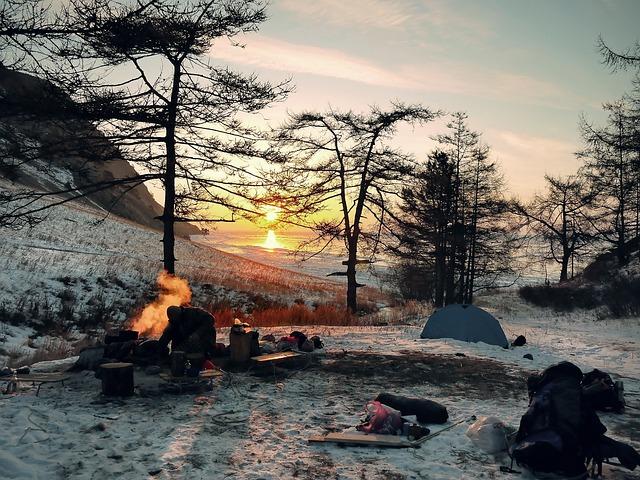 Przetrwanie w lesie zimą - porady survivalowe