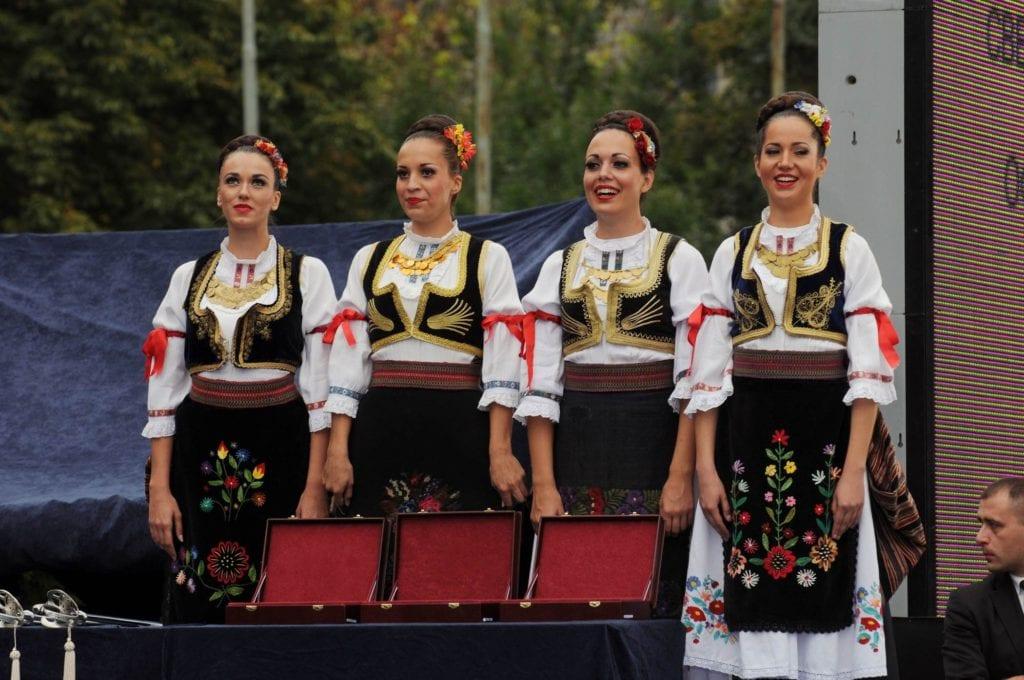 Serbki w tradycyjnych strojach