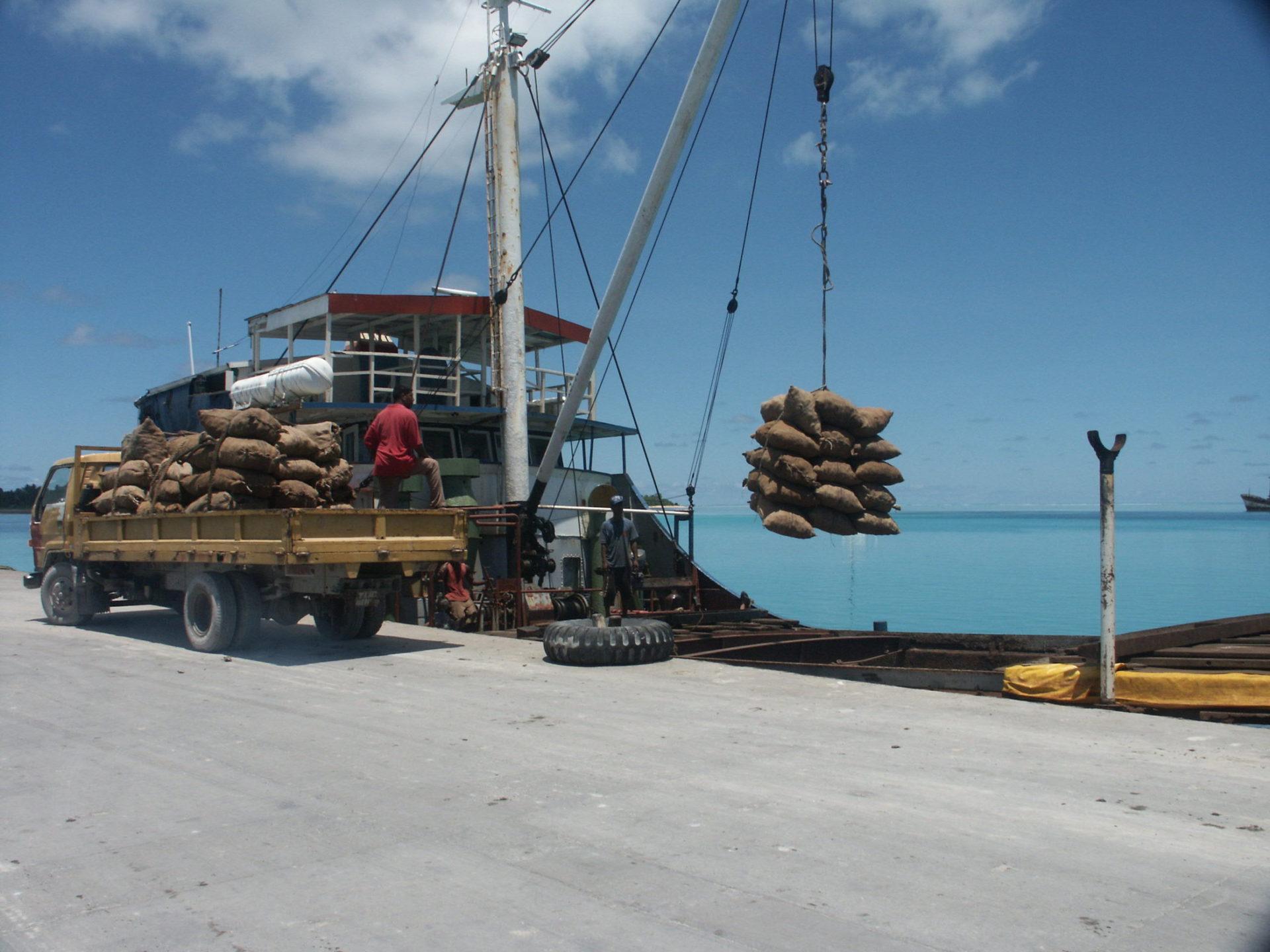 Ładowanie kopry w jednym z portów, fot. zbiory rządowe Kiribati