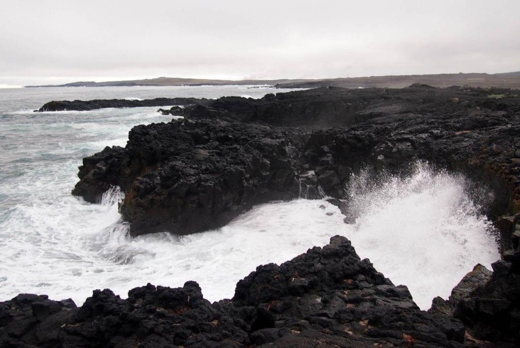 Klify z skał wulkanicznych na Islandii