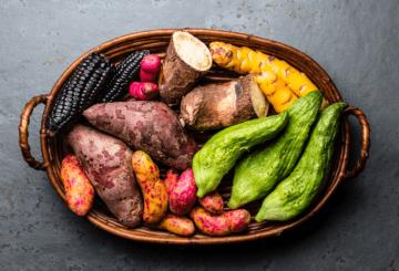 """Na zdjęciu znajdują się miejscowe warzywa i bulwy: yuca, olluco, caigua, bataty i """"fioletowa kukurydza"""" – maíz morado"""