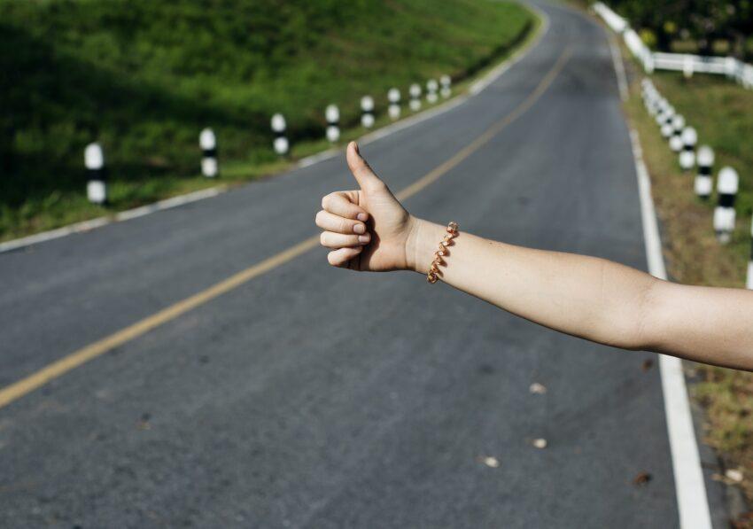 autostopowiczka wyciągnięty kciuk
