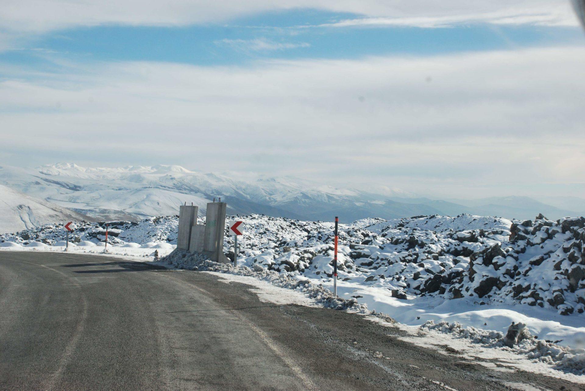 fot. Marta Burza, ośnieżone drogi nad którymi czuwa żandarmeria