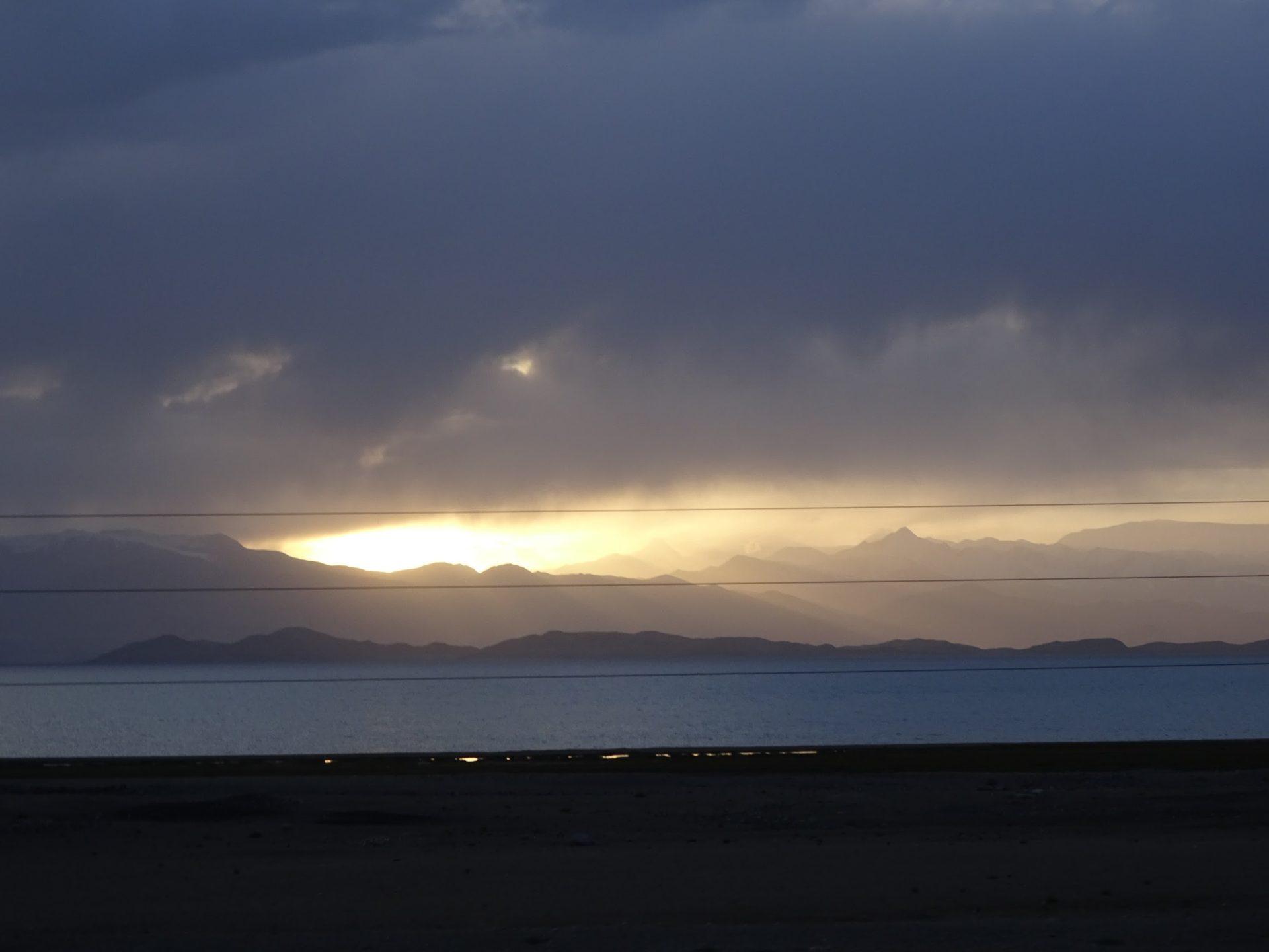 Znad jeziora Kara-kul można dostrzec jeden z najwyższych szczytów Pamiru, Pik Lenina. / Zdjęcie: Sławomir Dzido.