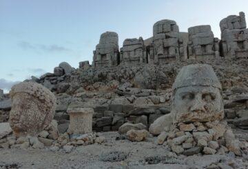 Część głów pozostała przez wieki w dobrym stanie, inne zostały srogo doświadczone przez nieprzyjazne warunki góry Nemrut.