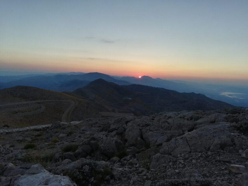 Warto zbudzić się przed świtem, by ze szczytu góry Nemrut obejrzeć okolicę w swoim najsurowszym wydaniu