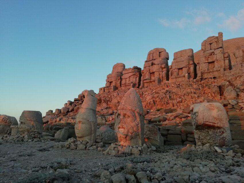 Posągi na górze Nemrut w blasku wschodzącego słońca