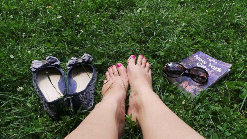 stopy i trawa